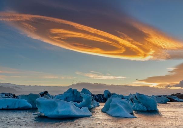 Облако, похожее на булочку с корицей. (Йёкюльсаурлоун, Исландия.)