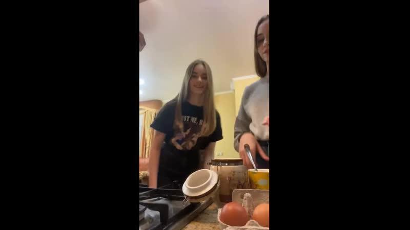 Девчонки готовят live запись трансляции девочки девушки школьницы студентки стройные милые джинсы girls students teen jeans