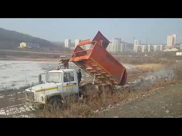 VL.ru - Самосвал выгрузил горящий мусор около озера на Патрокле