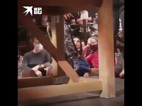 Трудно оставаться Человеком В театре на Таганке одна зрительница отказалась быть в маске