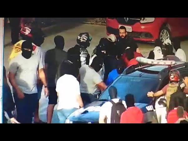 Grupo encapuzado toma viatura da Polícia Civil e cerca policiais na avenida Mister Hull