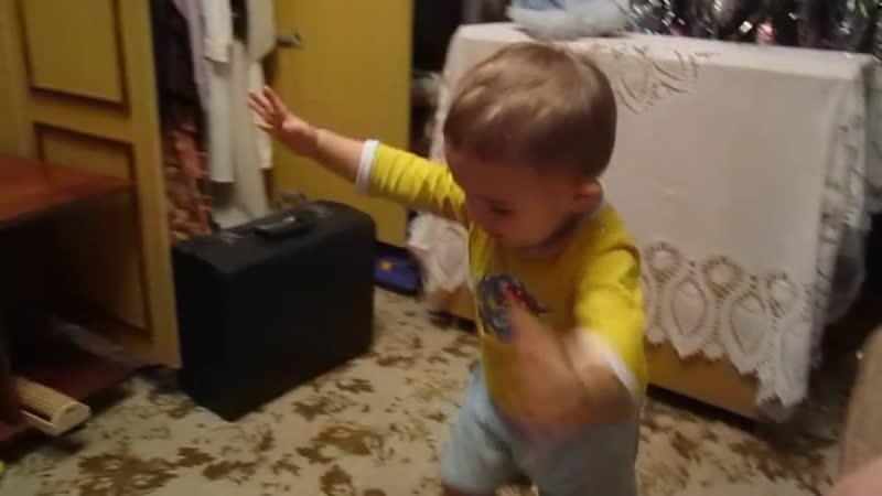 Артём зажигает под гармошку.дуэт внука и дедушки
