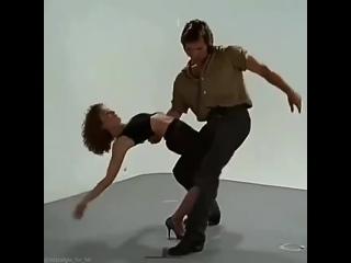 """Репетиция сцены танца из фильма """"Грязные танцы"""" (1987) с Патриком Суэйзи и Дженнифер Грей"""