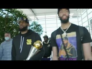 Болельщики встретили «Лейкерс» в аэропорту Лос-Анджелеса
