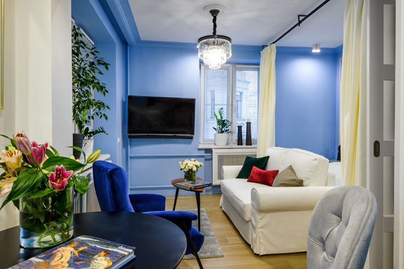 Интерьер квартиры 29 м с синими стенами.