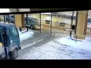 Внимательность водителя спасла ему жизнь 🙏 Он выскочил из легковушки за секунды от гибели