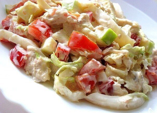 Салат с яблоком, курицей и кальмарами.