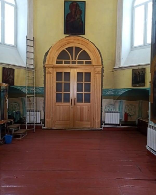 В Казанском храме Петровска продолжаются ремонтные работы: здесь установили новые входные двери