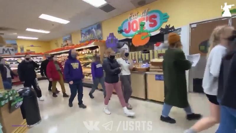 Толпа BLM и Антифа требуют репарции от супермаркета в Сиэтле Протесты в США 22 10 2020