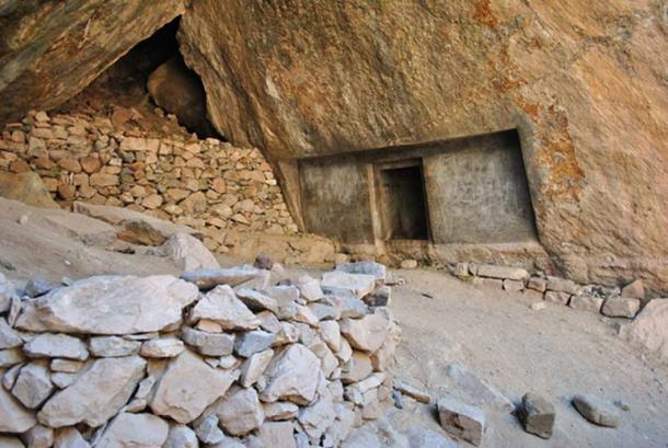 Вид на высеченный в скале дверной проем в пещере в Наупа Вака.