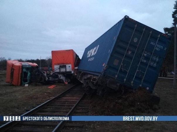 В Бресте поезд сошел с рельсов после столкновения с фурой