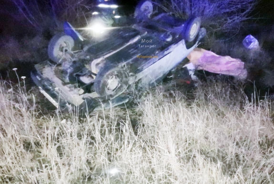 Под Таганрогом в результате опрокидывания «ВАЗ-2108» погиб человек
