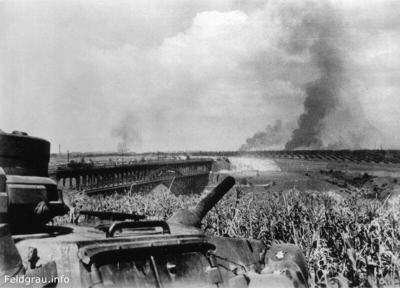 Вид с берега на мост через Старый Днепр и остров Хортица во время боёв за Запорожье. Снимок сделан с танка Pz.Kpfw. III в сентябре 1941 года.