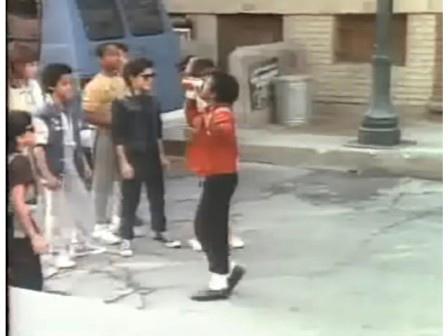 Если Майкл Джексон отказывается пить рекламируемый продукт, делая лунную походку, тогда это может сделать его маленький двойник.