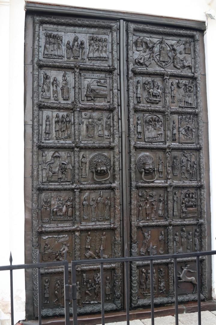 Магдебургские врата Святой Софии (Корсунские, Плоцкие, Сигтунские) — романские бронзовые ворота середины XII века, расположенные на западной стороне Софийского собора в Новгороде