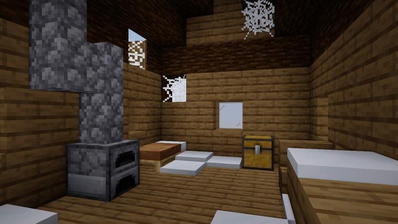 Внутри кровать, печь и сундук. В сундуке могут появиться: изумруды, баранина, топор, саженцы и палки.