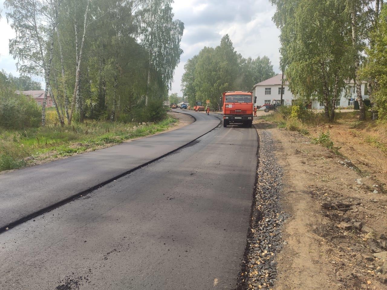 В Ныше идет ремонт дорогСейчас укладывают первый