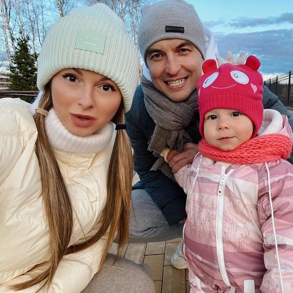 Стало известно, что певица Нюша беременна новым вторым ребенком уже 6 месяцев: