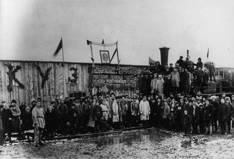 Прибытие первого поезда со строительными материалами на заводскую площадку Кузнецкстроя, 1929.