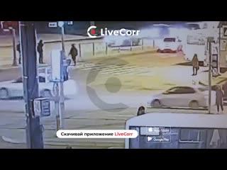 Видео момента, как иномарка сбила людей на пешеходном переходе в Питере