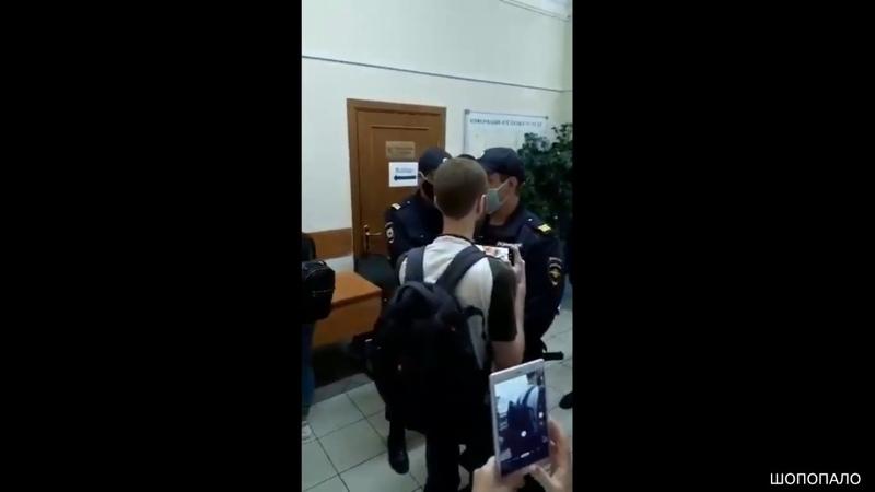 В Санкт Петербурге полицейские сломали руку журналисту который снимал на избирательном участке