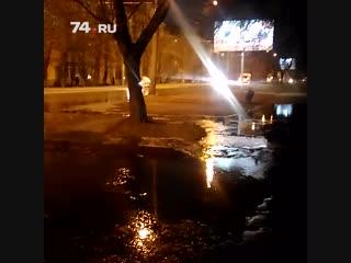 Из-за коммунальной аварии по дороге разлилась бурная река