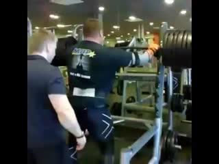Жидрунас Савицкас приседает в бинтах 420 кг на 2 повторения