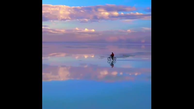 Это видео было сделано в Саларе де Уюни в Боливии и там где небо и земля должны встретиться