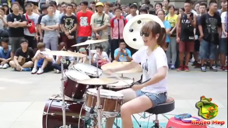 уличная барабанщица